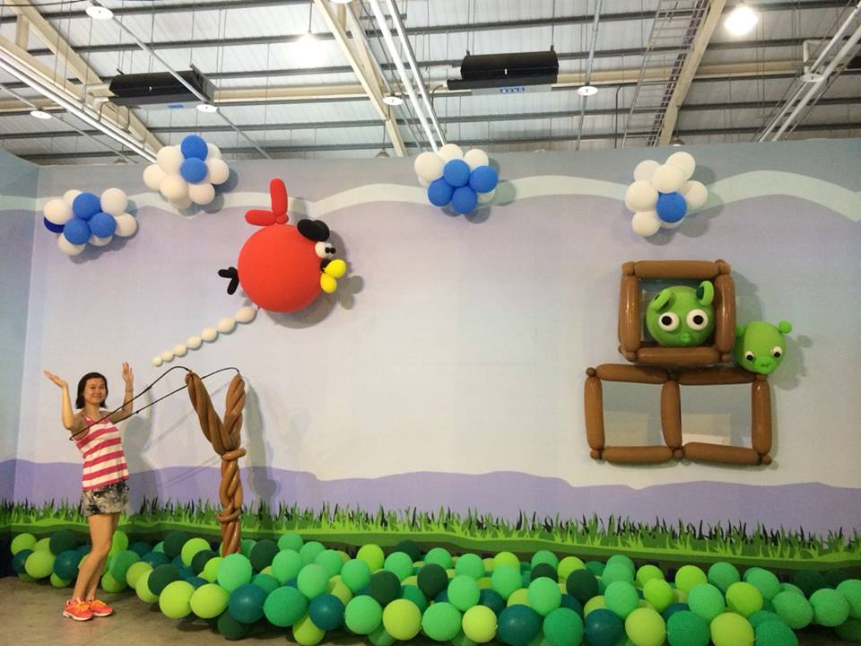 Angry birds balloon wall decor for Angry bird decoration ideas